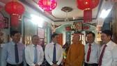 Phó Bí thư Thường trực Thành ủy Trần Lưu Quang chúc mừng Hòa thượng Thích Như Niệm, Ủy viên Thường trực Hội đồng Chứng minh Giáo hội Phật giáo Việt Nam
