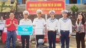 Đồng chí Trần Lưu Quang tặng quà cán bộ, chiến sĩ các lực lượng đóng quân trên đảo Hòn Chuối