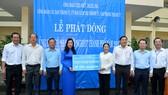 """Phó Bí thư Thành ủy TPHCM Võ Thị Dung cùng các đồng chí lãnh đạo TP trao ủng hộ Quỹ """"Vì người nghèo"""". Ảnh: VIỆT DŨNG"""
