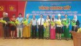 Tặng hoa các thí sinh tham gia vòng chung kết