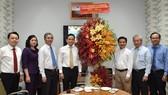 Phó Bí thư Thường trực Thành ủy TPHCM Trần Lưu Quang cùng các đồng chí lãnh đạo TPHCM thăm và chúc mừng Văn phòng Hội đồng Giám mục Việt Nam. Ảnh: VIỆT DŨNG