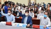Các đồng chí lãnh đạo TPHCM cùng các đại biểu nhắn tin ủng hộ Quỹ. Ảnh: VIỆT DŨNG