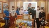 Đại diện Báo Sài Gòn Giải Phóng và các doanh nghiệp, cá nhân trao tặng trang thiết bị y tế, hàng hóa thiết yếu đến Cơ quan Thường trực Bộ Tư lệnh Bộ đội Biên phòng (phía Nam)