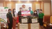 Đại diện Tạp chí Nông thôn Việt trao bảng tượng trưng ủng hộ 300 võng dù