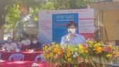 Chủ tịch Hội Nhà báo TPHCM Trần Trọng Dũng phát biểu tại điểm phát gạo phường 27 (quận Bình Thạnh)