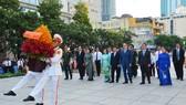 Đoàn lãnh đạo TPHCM dâng hoa, dâng hương tưởng niệm Chủ tịch Hồ Chí Minh