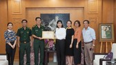 Đại diện lãnh đạo Bộ Tư lệnh Bộ đội Biên phòng trao tặng bằng khen cho Báo SGGP