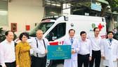 Đại diện lãnh đạo Bệnh viện Nhân Dân 115 tiếp nhận xe cứu thương do Công ty CP Địa ốc Phú Long trao tặng