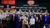 Đồng chí Nguyễn Hồ Hải, Ủy viên Thường vụ, Trưởng Ban Tổ chức Thành ủy TPHCM tặng hoa chúc mừng Ban Chấp hành Đảng bộ quận 3 (nhiệm kỳ 2020-2025)