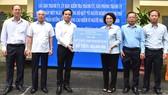 Đồng chí Trần Lưu Quang trao ủng hộ Quỹ Vì người nghèo TPHCM. Ảnh: VIỆT DŨNG