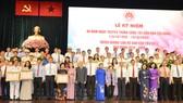Đồng chí Nguyễn Thị Lệ cùng các đồng chí lãnh đạo thành phố tuyên dương cán bộ dân vận tiêu biểu. Ảnh: VIỆT DŨNG