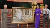 Phó Bí thư Thành ủy, Chủ tịch HĐND TPHCM Nguyễn Thị Lệ tặng bức ảnh Chủ tịch Hồ Chí Minh cho đại hội. Ảnh: VIỆT DŨNG