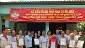 Đại diện Ủy ban MTTQ Việt Nam các thành phố trao tặng 10 căn nhà đại đoàn kết cho người dân huyện Cần Giờ