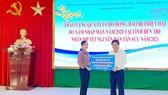 Chủ tịch UBND TPHCM Nguyễn Thành Phong trao bảng tượng trưng số tiền 1 tỷ đồng tặng tỉnh Bến Tre