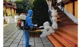 Phun sát khuẩn toàn bộ chùa Viên Giác, quận Tân Bình