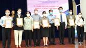 Chủ tịch Ủy ban MTTQ Việt Nam TPHCM Tô Thị Bích Châu tiếp nhận ủng hộ của các cá nhân, doanh nghiệp. Ảnh: VIỆT DŨNG