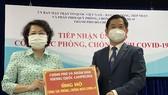 Chủ tịch Ủy ban MTTQ Việt Nam TPHCM Tô Thị Bích Châu tiếp nhận bảng tượng trưng số tiền 200.000 USD từ Tổng Lãnh sự Vương quốc Campuchia tại TPHCM trao tặng