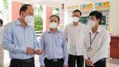 Đồng chí Nguyễn Hồ Hải kiểm tra công tác phòng, chống Covid 19 tại trường Hoàng Hoa Thám. Ảnh: DŨNG PHƯƠNG