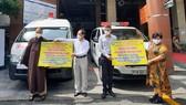 Bệnh viện Đại học Y Dược TPHCM tiếp nhận 2 xe cứu thương. Ảnh: HOÀI NAM