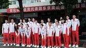 Các thành viên của đội bóng chuyền nữ Trung Quốc chụp ảnh lưu niệm trước khi sang Nhật thi đấu