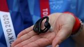 Chiếc tai nghe có thể theo dõi nhịp tim, nhiệt độ của người đeo và đưa ra cảnh báo nguy cơ sốc nhiệt ở Olympic Tokyo