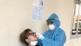 Các y bác sĩ kiểm tra công dân cách ly