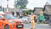 Lực lượng chức năng kiểm soát người đi từ TP HCM về Bình Phước trên quốc lộ 13.
