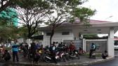 Hơn 100 người lao động bị nợ lương kéo đến công ty xe buýt đòi quyền lợi