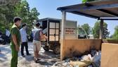 Bắt quả tang hai đối tượng đổ thực phẩm thối rữa ra môi trường