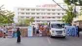 Hàng nghìn thùng hàng hóa, nước uống, vật dụng sinh hoạt đã được người dân Đà Nẵng gửi đến các y bác sĩ nơi 3 bệnh viện bị phong tỏa. Ảnh: NGUYỄN CƯỜNG