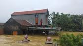 Quảng Bình: Huyện Lệ Thủy ngập sâu trong nước, người dân lên nóc nhà chờ cứu trợ