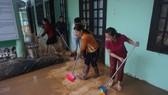 Tất bật dọn rửa bùn non để đón học sinh đến trường sau lũ