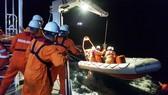 Cứu 7 ngư dân gặp nạn trên biển
