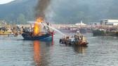 Đà Nẵng: 3 tàu cá cháy lớn khi đang neo đậu tại bờ