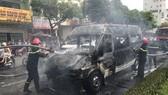Một xe tang lễ bốc cháy khi đang lưu thông