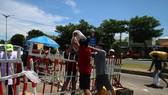 Người dân chỉ được đứng tại chốt để giao nhận hàng, tuyệt đối không được sang địa phận TP Đà Nẵng