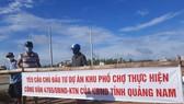 Người dân bức xúc việc khu dân cư xung quanh dự án ngập nước nên kéo đến căng khẩu hiệu