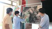 Người dân xã Tam Đàn (huyện Phú Ninh, tỉnh Quảng Nam) chỉ các khu vực cần khắc phục cho chính quyền địa phương