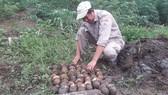 Phát hiện hầm chứa gần 300 quả bom bi và đầu đạn tại khu vực biên giới