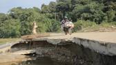 """Hiểm nguy """"rình rập"""" người dân vùng biên giới Quảng Trị sau mưa lũ"""