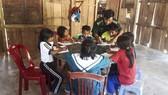 Cán bộ chiến sĩ đồn biên phòng A Vao hướng dẫn các em học, ôn luyện bài tập