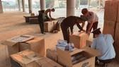 Lực lượng chức năng tiến hành kiểm đếm số khẩu trang y tế vừa thu giữ