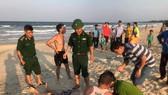 Lực lượng chức năng cùng người dân tiến hành sơ cứu cho nạn nhân.