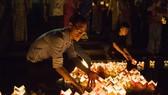 Hàng ngàn người tham gia thả hoa đăng tri ân các anh hùng liệt sĩ