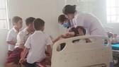 Các em học sinh được điều trị tại Trung tâm Y tế huyện Cam Lộ