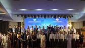 Các đại biểu tham gia hội nghị tăng cường hợp tác và triển khai chương trình viện trợ phi chính phủ nước ngoài  (NGO) tỉnh Quảng Trị chụp hình lưu niệm
