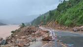 Nhiều đoạn trên tuyến Quốc lộ 9 (qua xã Đakrông, huyện Đakrông) bị sạt lở nghiêm trọng