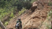 Dùng thuốc nổ phá khối đá hơn 30 tấn nằm cheo leo vách núi bên đường