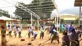 Sau một tháng trường ngập sâu trong bùn đất, học sinh xã Hướng Việt đi học trở lại
