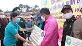 Bà Mai Thị Hạnh, phu nhân nguyên Chủ tịch nước Trương Tấn Sang tặng quà cho đại diện 7 bản thuộc DenVilay (huyện Noòng, tỉnh Savannekhet, Lào)